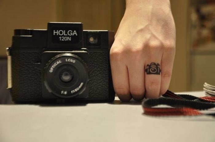 schöne tattoos und kreative ideen dazu, ein kamera und daneben hand mit kamera tattoo directors