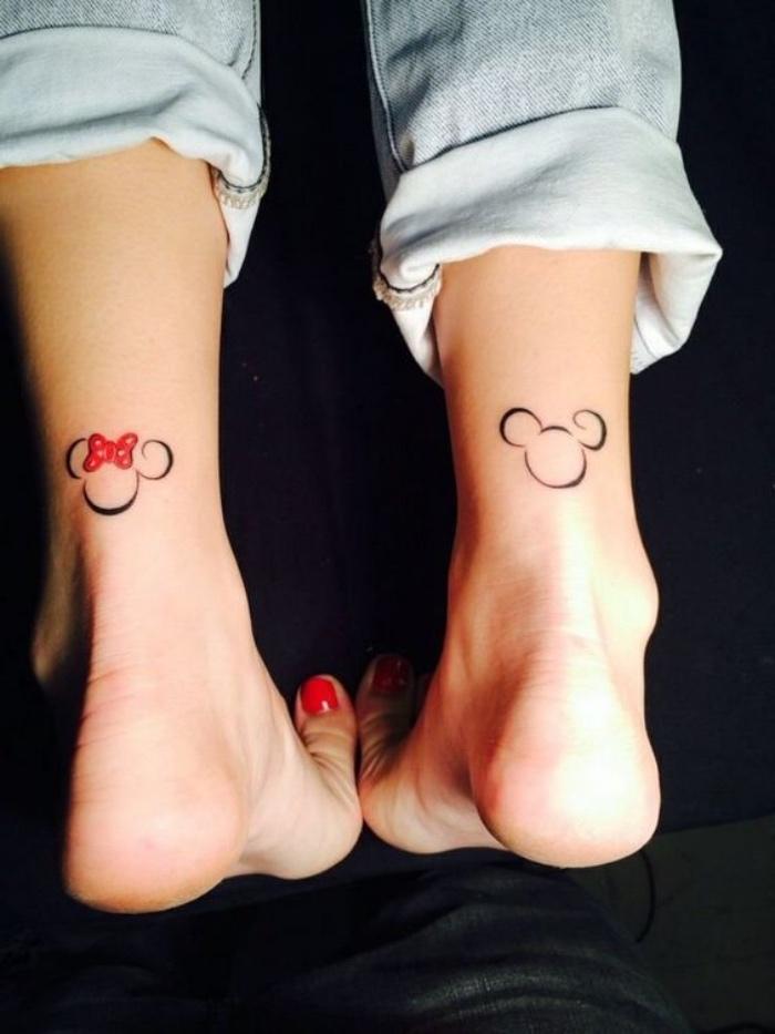 tattoo bilder, partnertattoo, mann und frau mit roten nägeln, minnie und mickey mouse tattoo