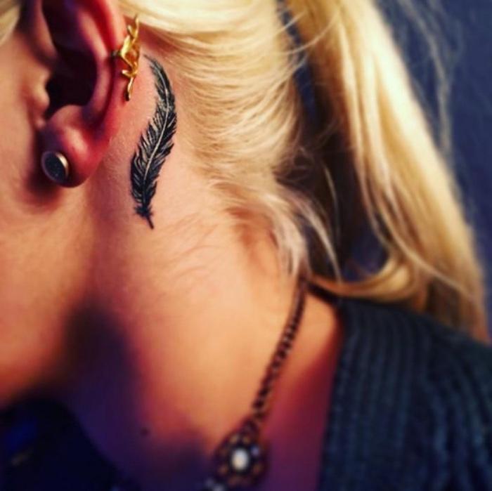 tattoo bilder ideen feder hinter dem ohr inspirierendes tattoo design, blonde haare, piercing, tattoos
