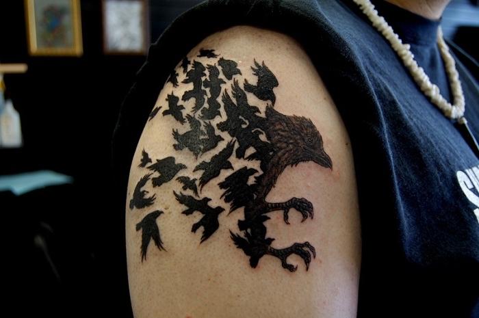 tattoo ideen männer, rabe und vielen kleinen vogeln, blackwork tätowierung an der schulter