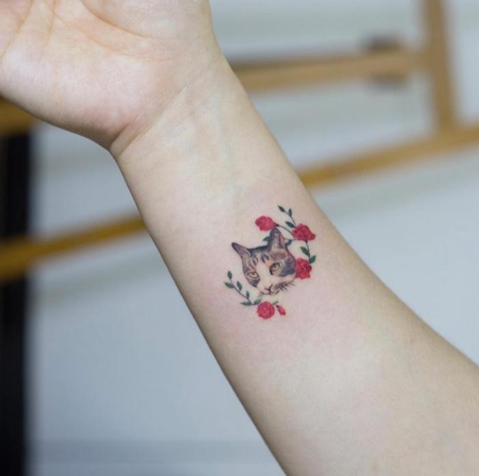 handgelenk tattoo mit einer katze, rote rosen, katze kleines tattoo, design ideen