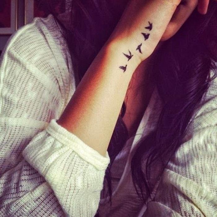 tattoo klein frauentattoo, vogel, viele vögel design ideen, schöne ideen für frauen