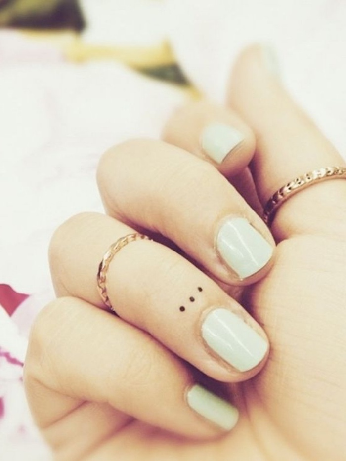 tattoo arm, tattoo hand, tattoo finger mit ringe kombiniert, punkte nägel, nageldesign weiß