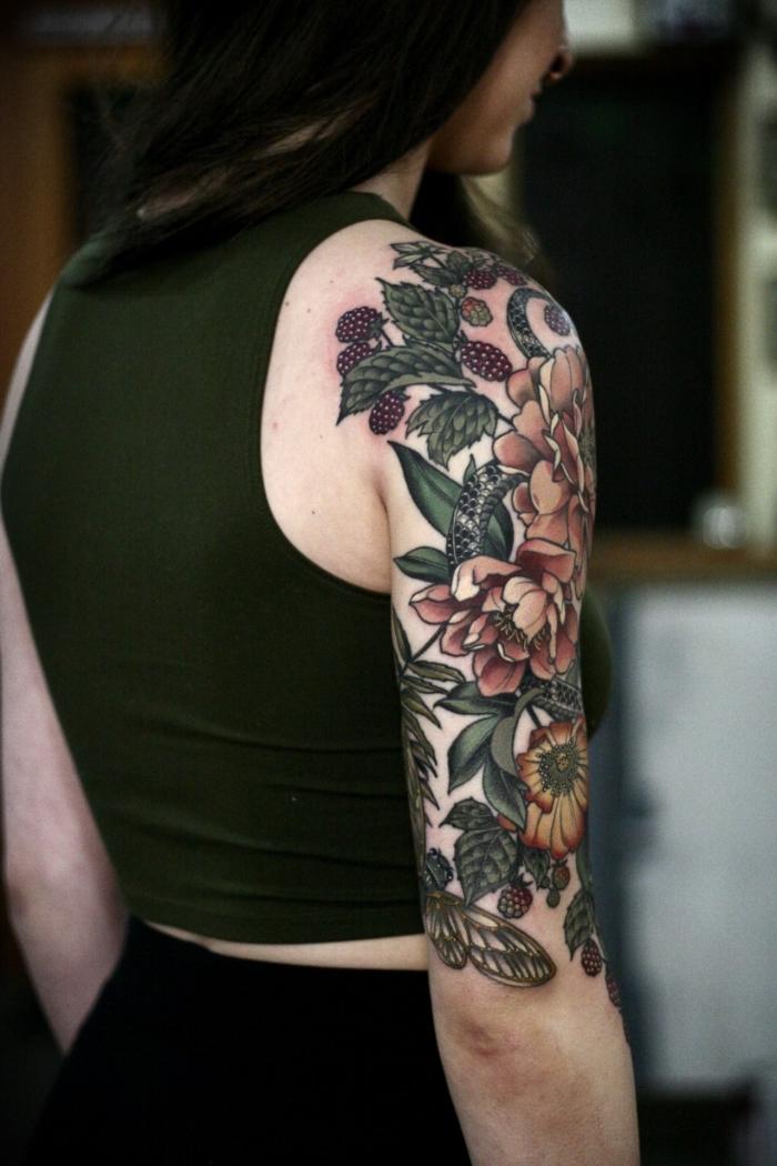 tattoo oberarm frau, tätwierung mit blumen als motiv, tattoos für frauen