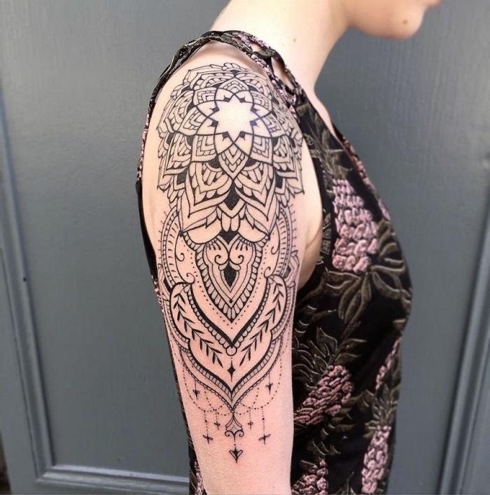 tattoo oberarm frau, große tätowierung mit mandala motive, geometrische und florale elemente
