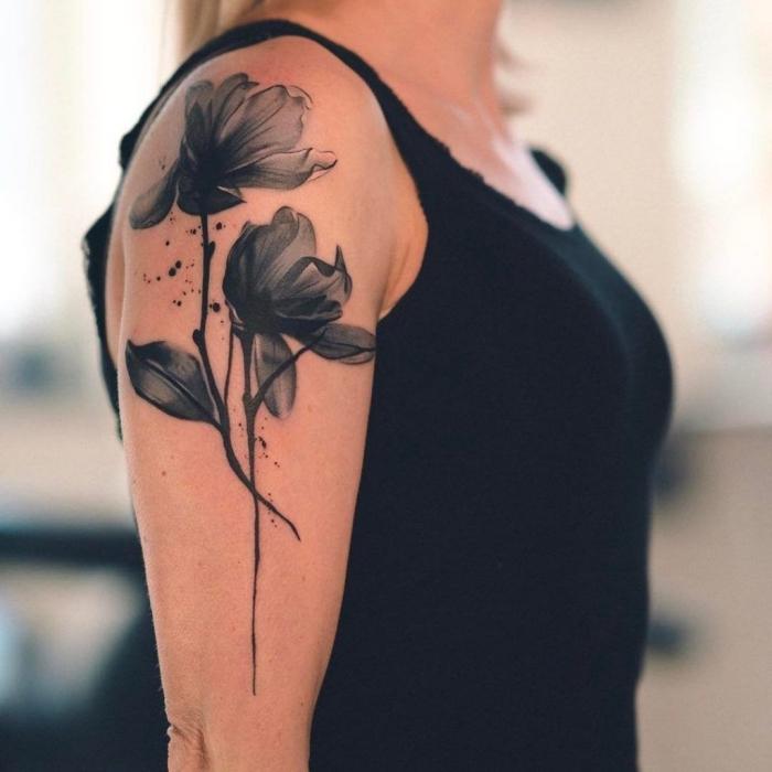 tattoo oberarm frau, schwarze blumen, tätowierung in schwarz und grau