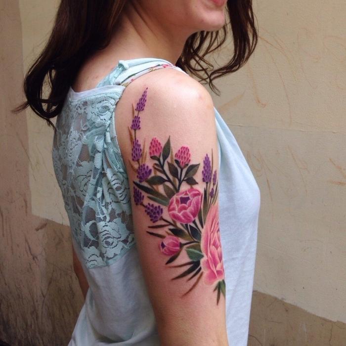 tattoo oberrm frau, wasserfarben tätowierung, rosa und lila blumen, arm