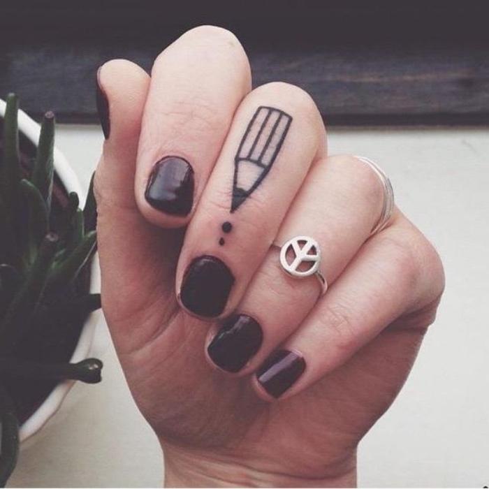 tattoo klein ideen, bleistift, punkte, ring ideen, schwarze maniküre, ideen