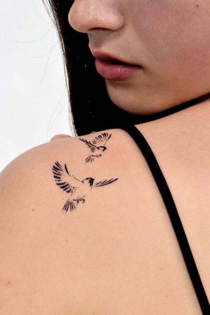 tattoos frauen, vogel vöglein, zwei vögel, frau schulter lippen, schwarzes kleid, roter lippenstift
