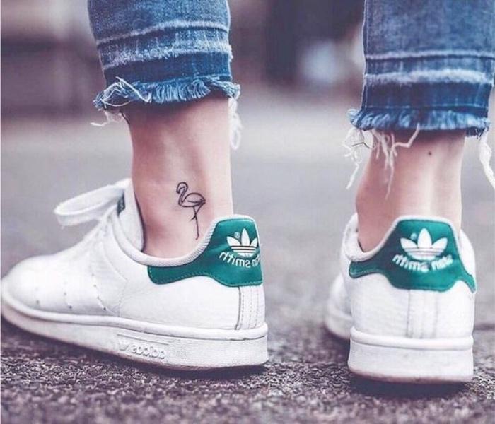 kreative tattoo ideen auf dem bein, knöchel, adidas sneakers, flamingo, jeans, grüne streifen auf den turnschuhen