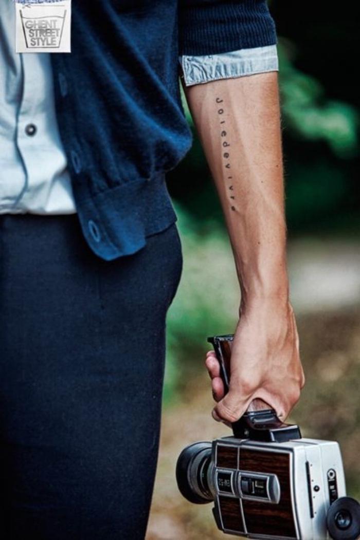 tattoos für frauen und männer, ein mann seine hand wird mit text verziert von oben bis zum handgelenk