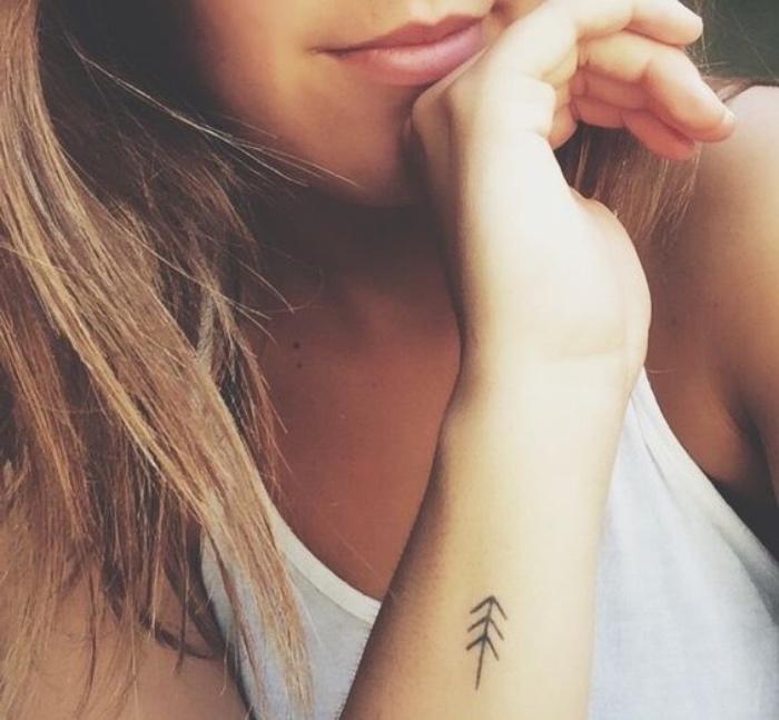 balance tattoo unterarm frau pfeilentattoo, die hand von einer frau ihre lippen und top