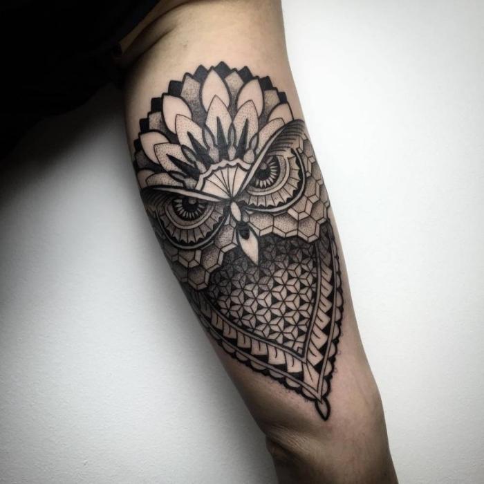 tattoos für männer, geometrische motive, großer vogel, schwarz grau