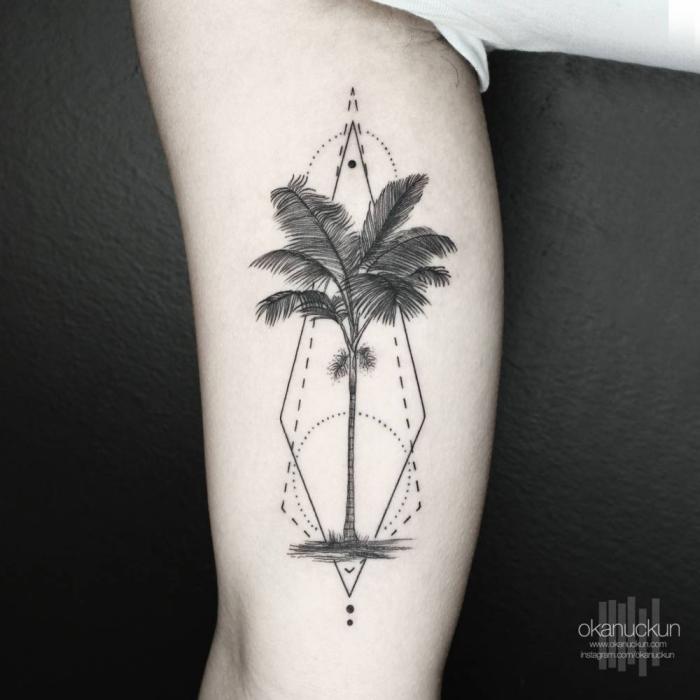 oberarm tätowieren lassen, tattoos für männer, palme in kobmiantion mit geometrischen elementen
