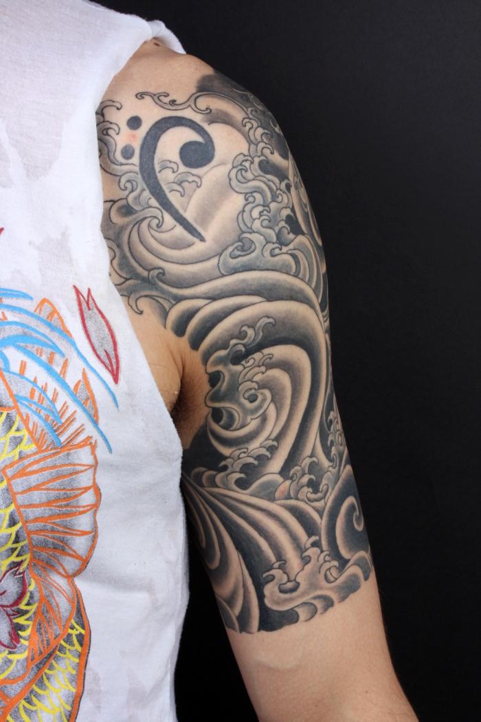 tätowierung mit japansichen motiven, halb sleeve mit wasserwellen, tattoos für männer