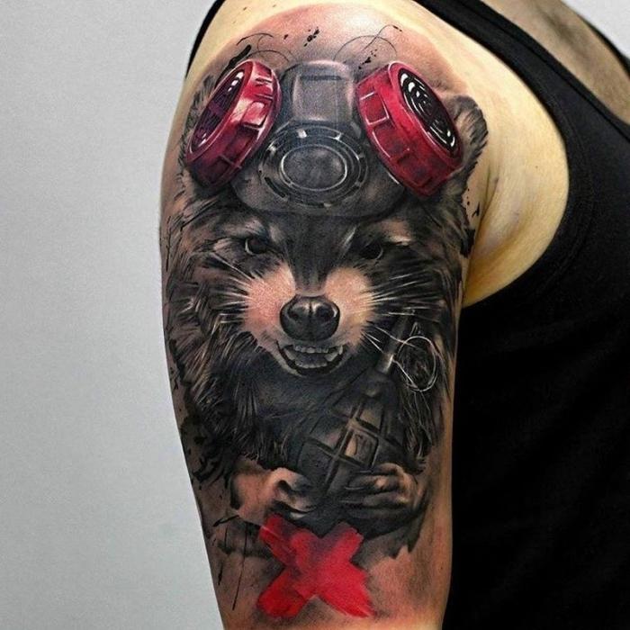 realitisches tier tattoo am oberarm, tattoos für männer, granate