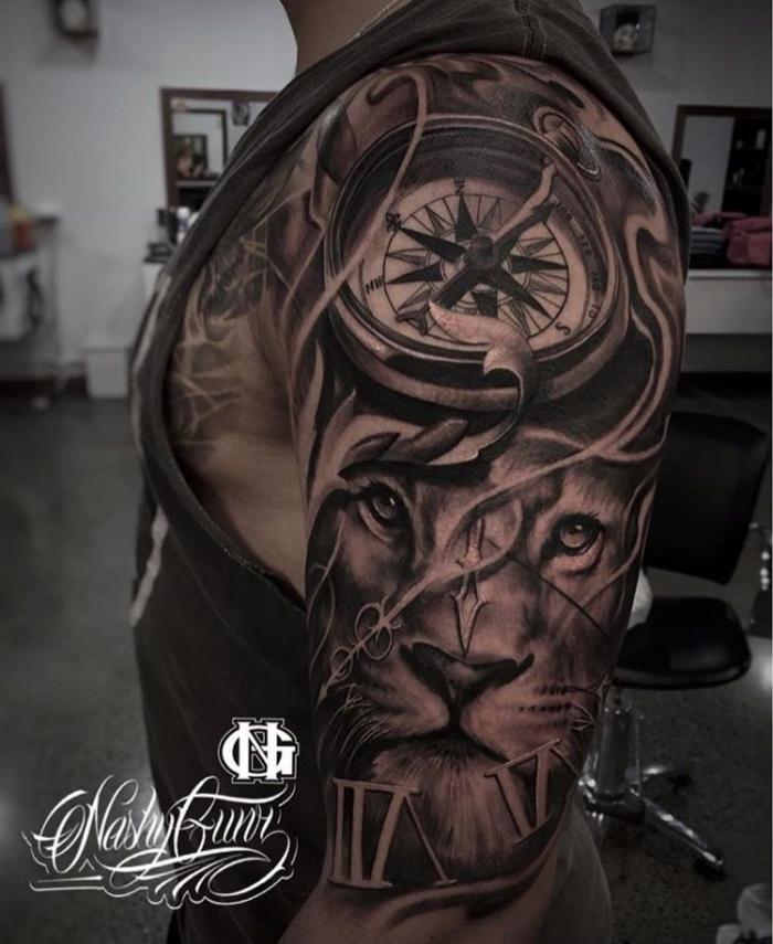 löwenkopf mit kompass, tattoos männer arm, 3d tätowierung in schwarz und grau