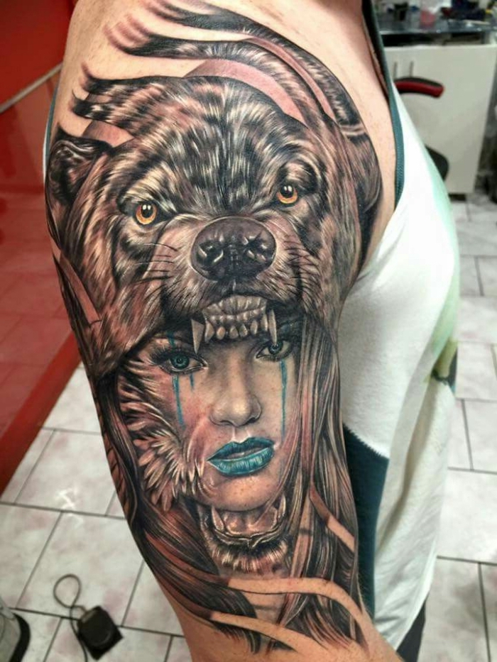 tattoos männer, frauengesicht in kobmiantion mit bärkopf, blaue lippen
