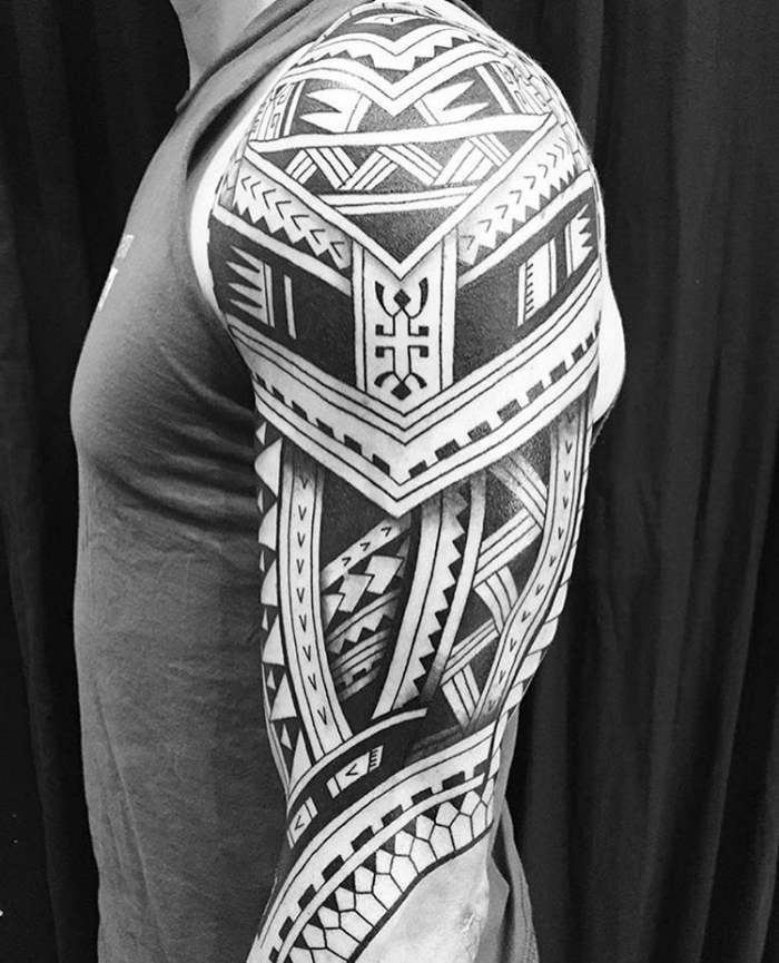 mann mit großer tätowierung am arm, tattoos männer, samoanische motive