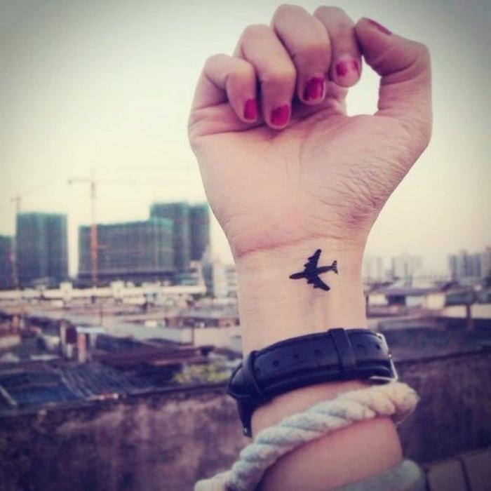 tattoo handgelenk idee für menschen, die gern reisen, ein kleines flugzeug als tattoo am arm gestalten