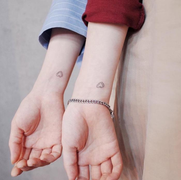 tattoo bilder partnertattoo idee, zwei hände mit kleinen tattoos, armband, ärmeln