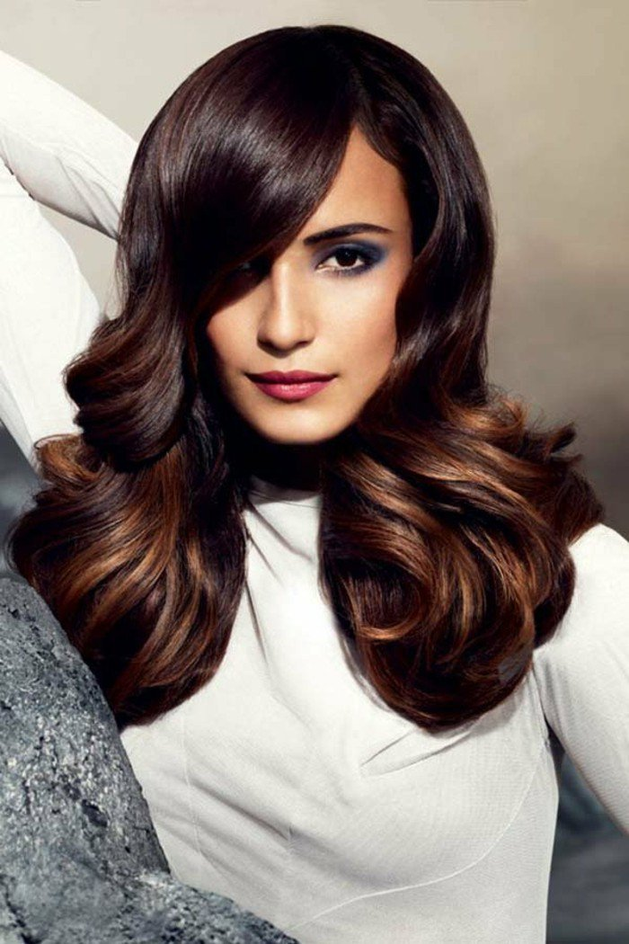 hellbraune haare, haarstylings ideen lockige spitzen vom haar, lila blau smokey augen make up