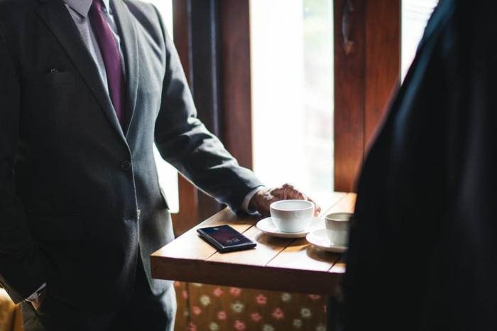 zwei Businesspartner, zwei weiße Tasse Kaffee, Kaffeepause, Tassen als Werbegeschenke