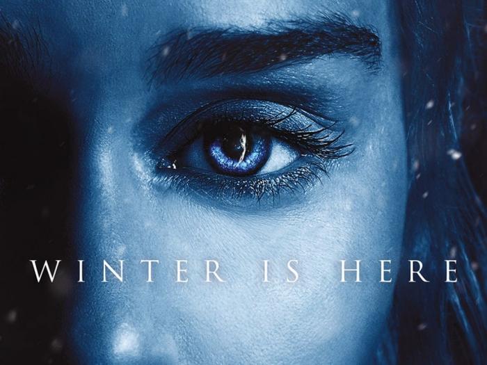 daenerys targarzen, die mutter der drachen, eine junge frau mit blauen augen und einer blauen haut, winter is here