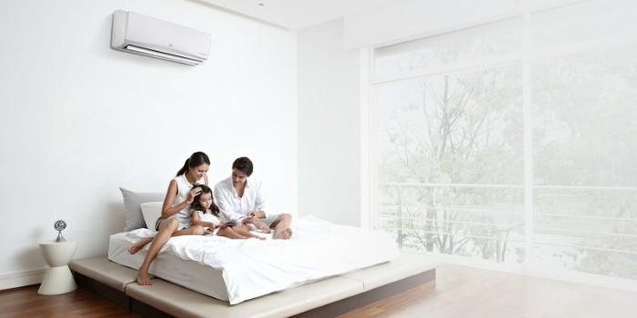 klimaanlage im schlafzimmer mit einem weißen bett mit weißen kissen, schlafzimmer mit großen fenstern