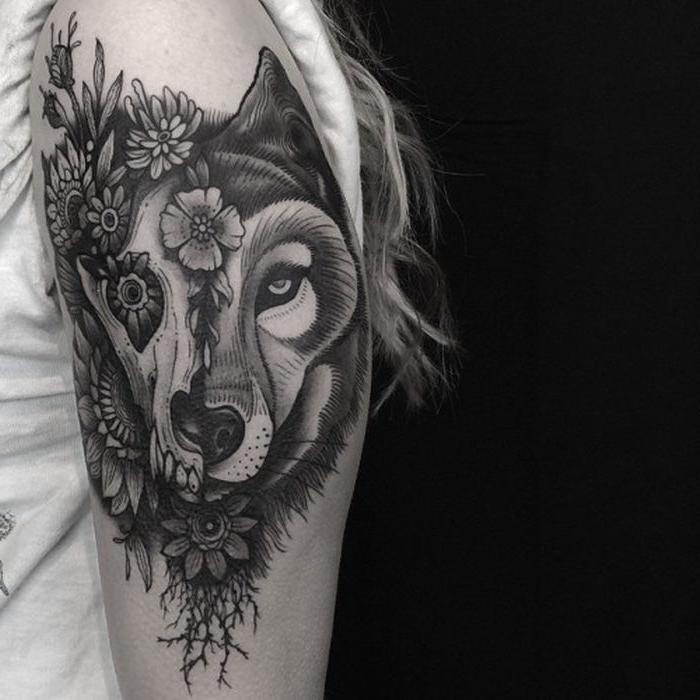 tätowierung mit abstrakten elementen, wolf tattoo, wolfkopf am arm