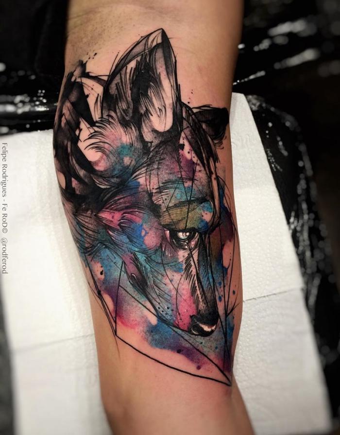 blackwork in kombiantion mit wasserfarben, wolf tattoo, wolfkopf