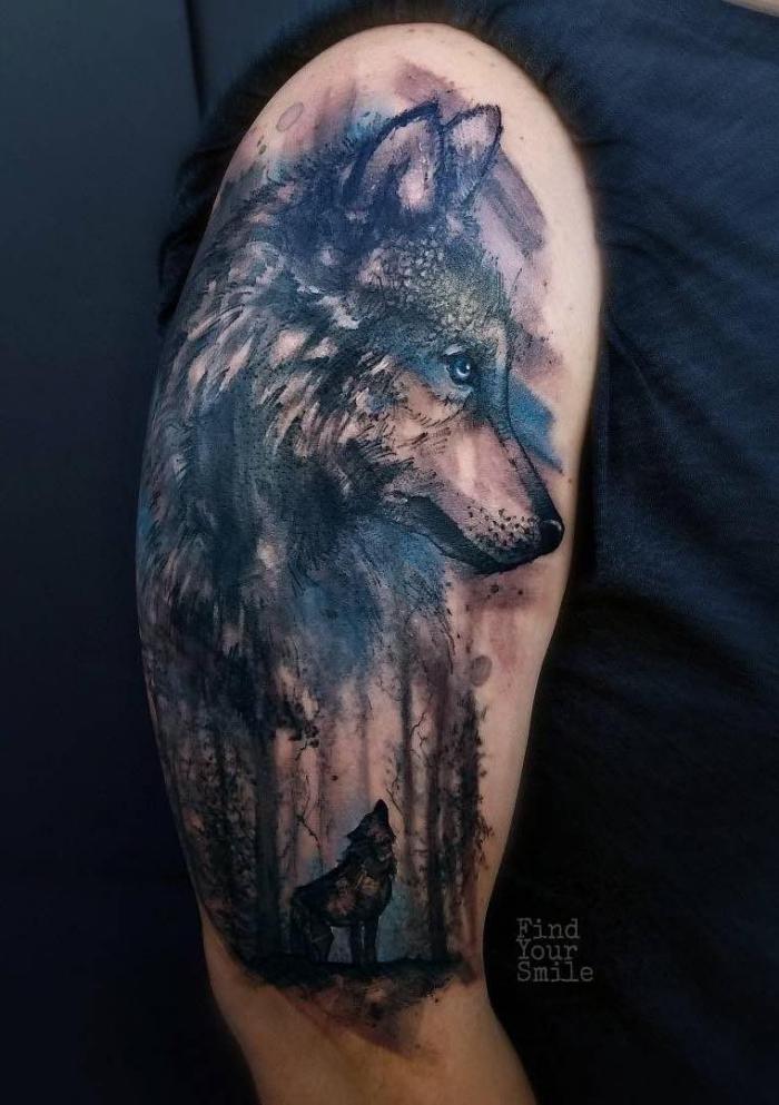 mann mit wolf tattoo am oberarm, detaillierte tätowierung, blaue akzente