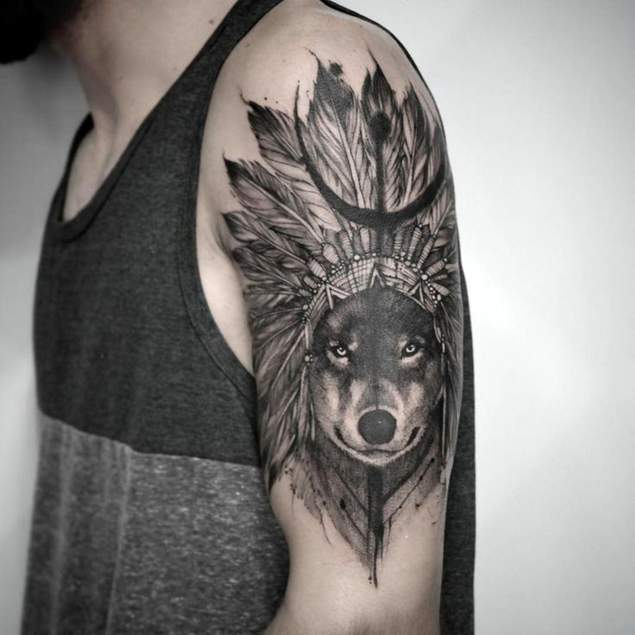 mann mit wolf tattoo am arm, wolfkopf mit indianer schmuck mit großen federn