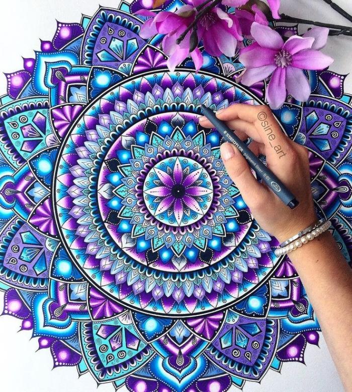 zeichnen ideen, großes mandala, hinduistisches symbol, lila blumen, geometrische elemente