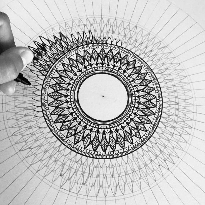 zeichnen lernen, iwie zeichnet man mandala, viele kleiene geometrische motive, dettailierte ezichnung