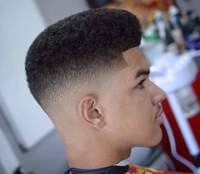 Haare selber schneiden, junger Mann mit trendy Look, gerade Linien Schnitt der Haare, Männer mit Locken