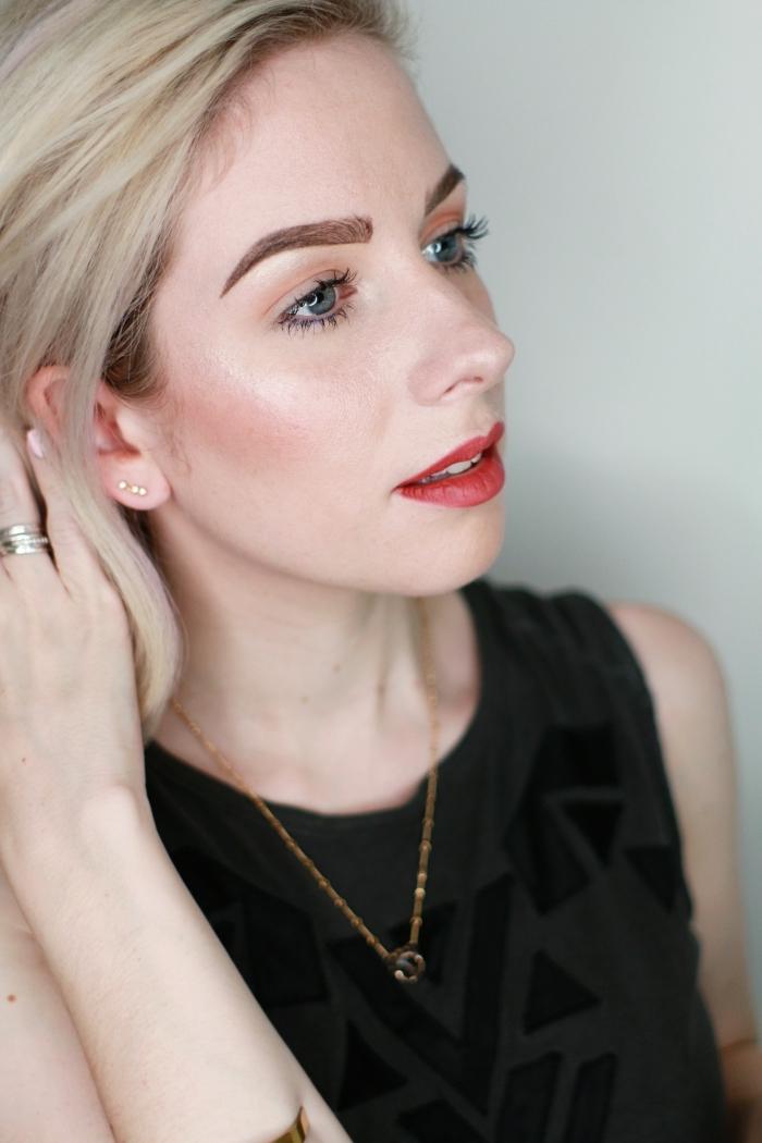 perfekte augenbrauen schminken, make up für blaue augen, schwarzes kleid, blonde haare