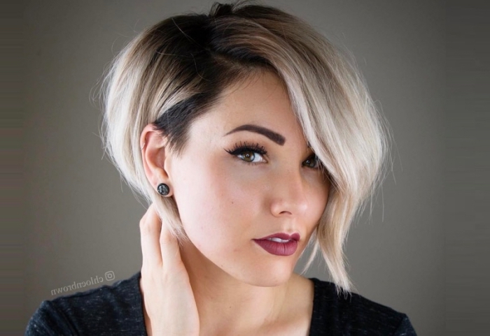 augenbrauen schminken mit puder, frau mit kurzhaarfrisur, blonde haare mit dunkelm ansatz