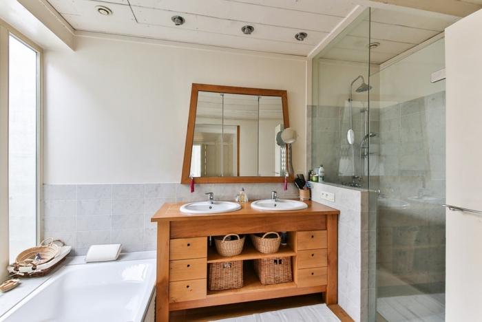 badspiegel mit hölzernem rahmen, schrank aus holz, spiegel fürs bad auswählen