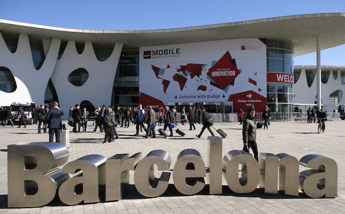 blauer himmel und viele menschen in barcelona, der mobille world cogress 2019 in barcelona