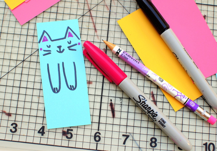 Was kann man mit Kindern basteln, eine Vorlage und Idee, Katzen Buchtrenner, bunte Stifte, Katze selber malen