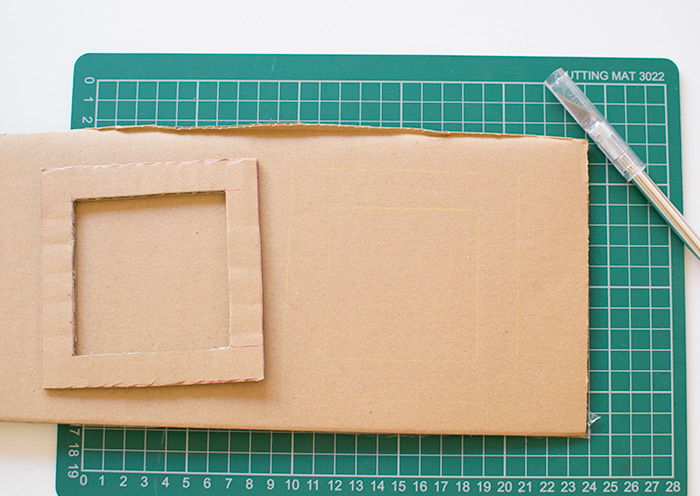 So basteln Sie Bilderrahmen, Sie brauchen Karton, Schere oder Cuttermesser, Auflage, wo Sie alles ausführen