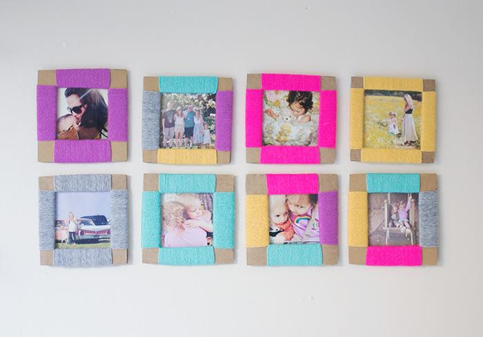 Bilderrahmen selber basteln, so sieht das Ergebnis aus, acht kleine Rahmen mit Faden und Strickfaden dekoriert und acht schöne Fotos mit Erinnerungen