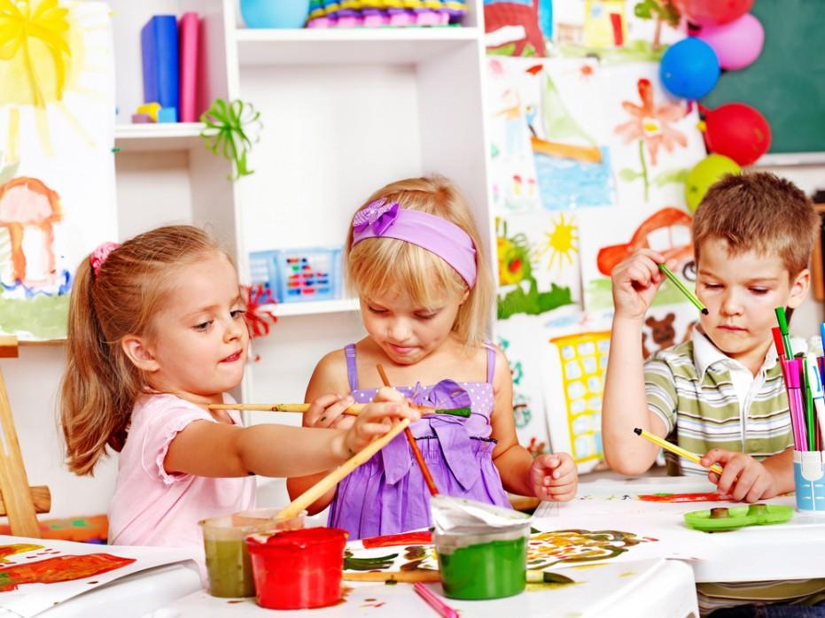 was kann man mit kindern basteln, Ideen und Beispiele in Bildern und Text, drei Kinder spielen und malen zusammen