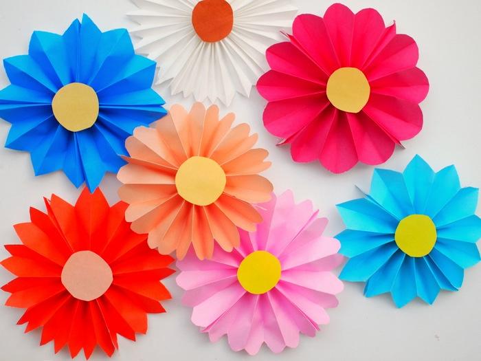 Das Ergebnis von den Bastelanleitungen, Blumen in bunten Gestaltungen, Rosa, Rot, Blau, Weiß, Orange, Blumendesigns, Bastelvorlagen