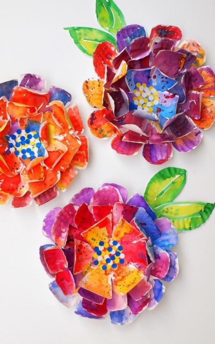 drei große und bunte Blumen aus Stoff und Papier, was kann man mit Kindern basteln, Blumen sind tolle Idee für den Frühling