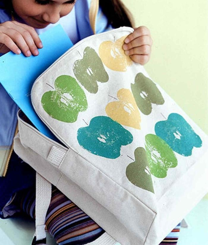 Bastelideen Kinder, die Schultasche mit Apfelabdrücke verzieren, cooles Design selber machen