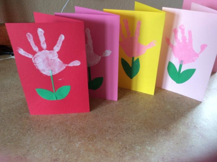 Basteln Kindergeburtstag, Karten basteln, bunte Designs, Rot und Rosa, gelbe Karte, Handabdruck als Blume gestalten