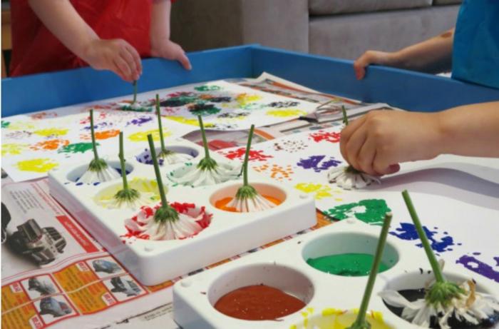 Basteltipps zum schönen Basteln und Dekorieren, Blumen in Wasserfarben stehen lassen, Farben ändern