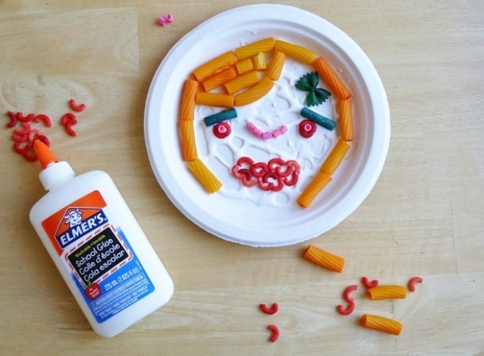 Basteltipps, Teller aus Papier, weißer Teller mit Pasta darin, Kleber, Klebeband, Makaroni, Spaghetti, Dekorieren